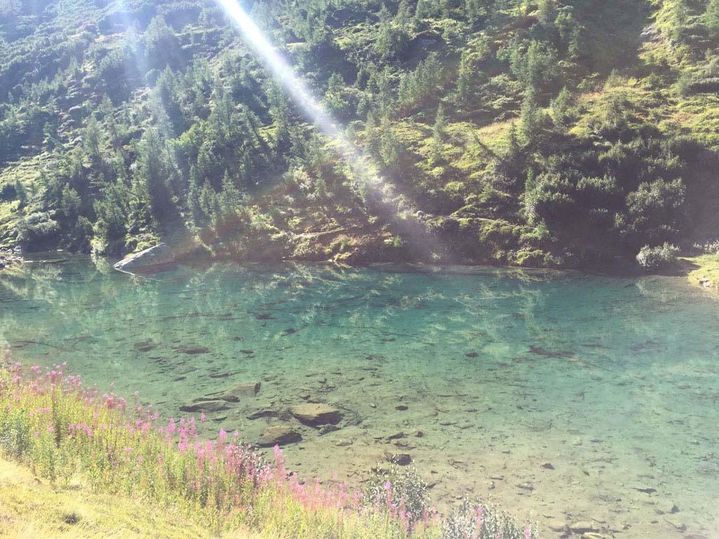De Grundsee in het Lötschental, een bergmeertje met kraakhelder water.