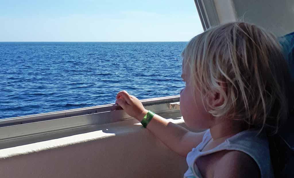Ook dit dametje kijkt haar ogen uit op de boot