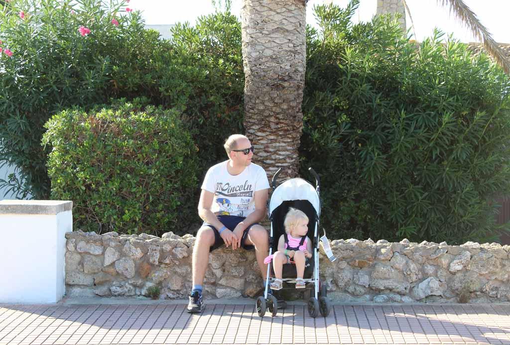 Met de buggy een wandeling maken gaat prima op Menorca