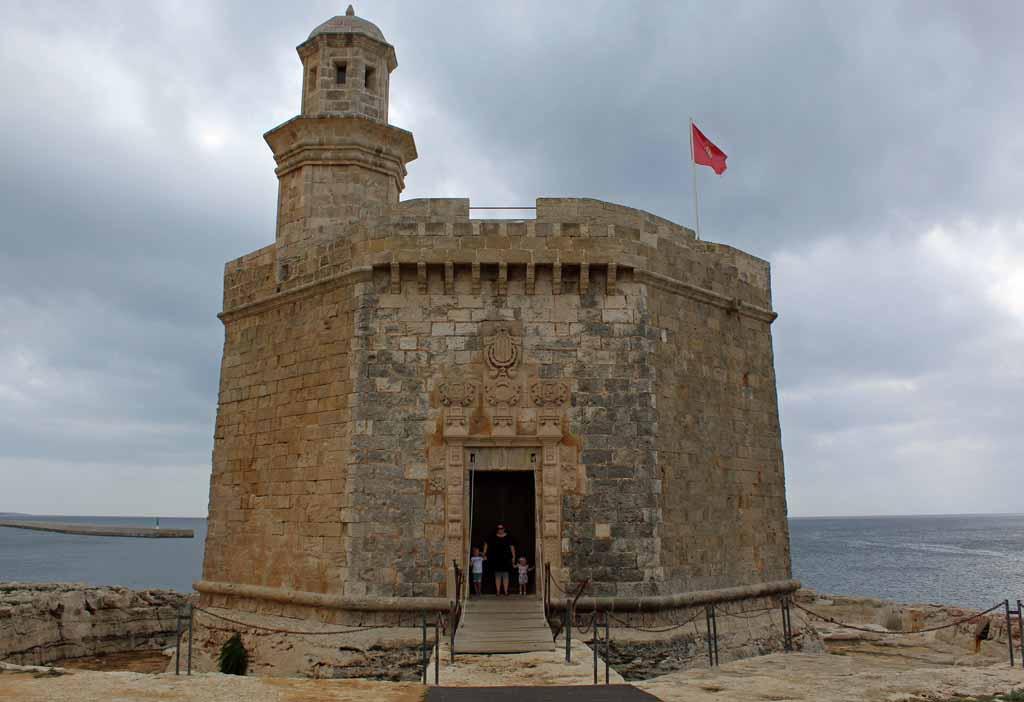 Familiefoto bij het schattige kleine fotogenieke fortje Castell de Sant Nicolau