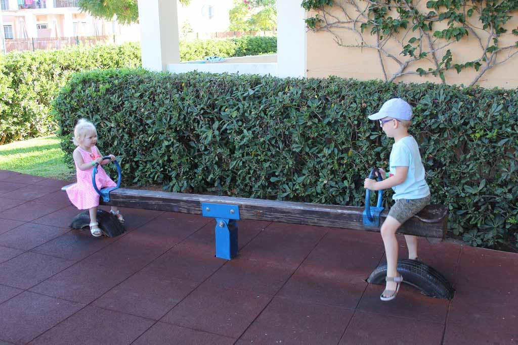 Een van de speeltuinen bij aparthotel Zafiro Menorca