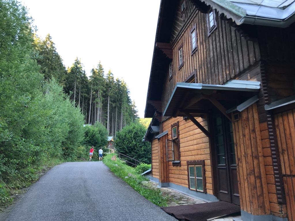 De toegangsweg naar de bungalows en hutten.