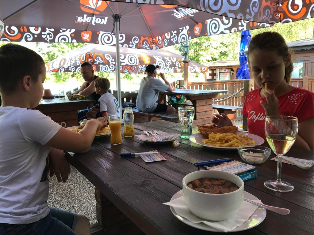 Lekker eten bij het restaurant op het vakantiepark.