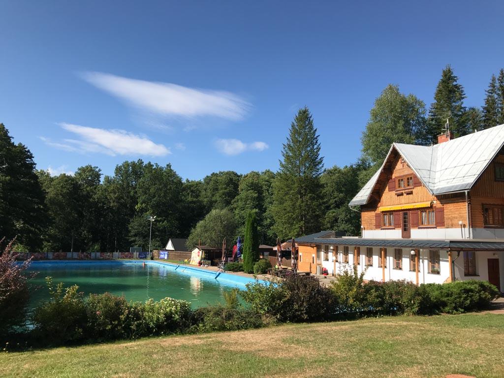 Het openluchtzwembad, met rechts het gebouw waar het restaurant te vinden is.