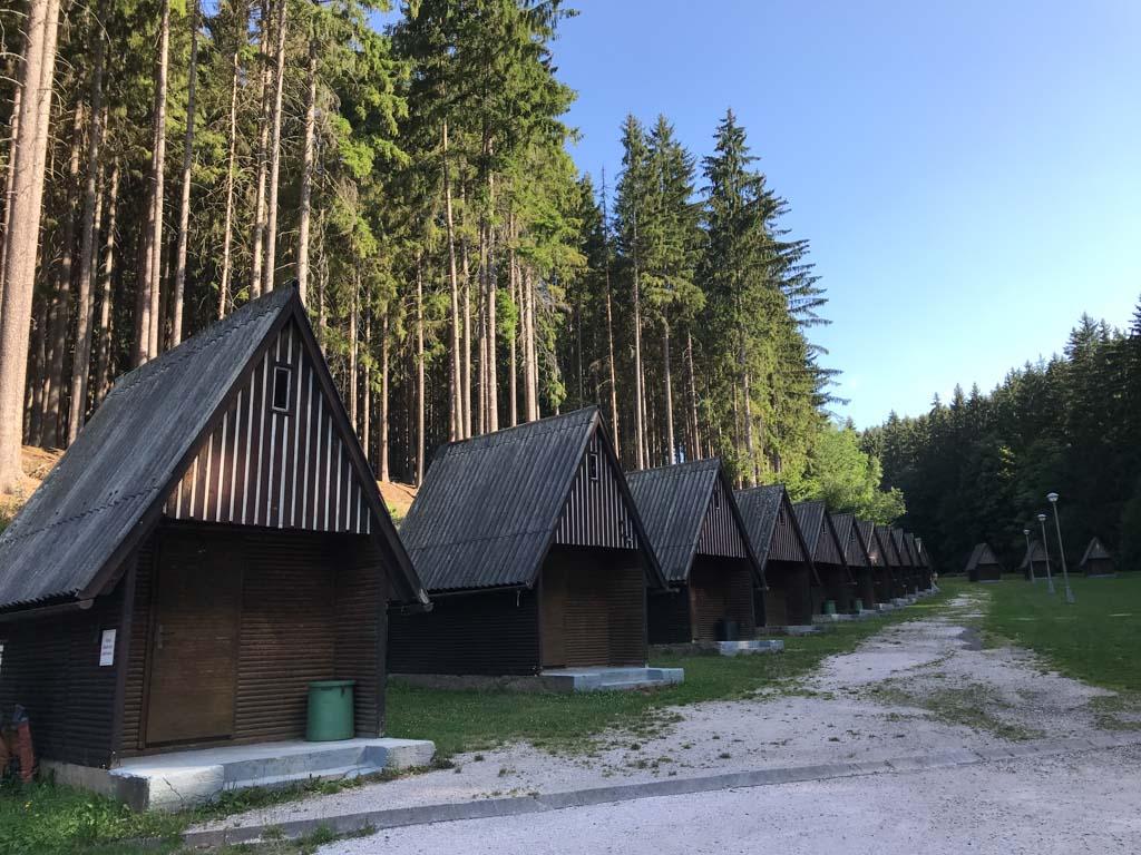 Overnachten op vakantiepark Lesní Plovárna kan ook in een van deze hutjes.