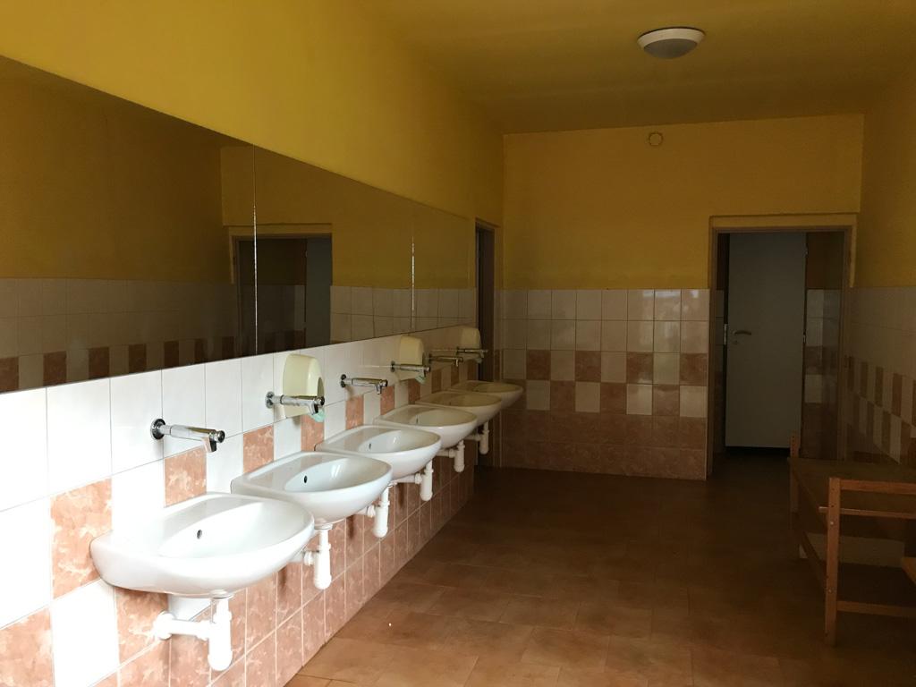 Het sanitairgebouw ziet er netjes en schoon uit.