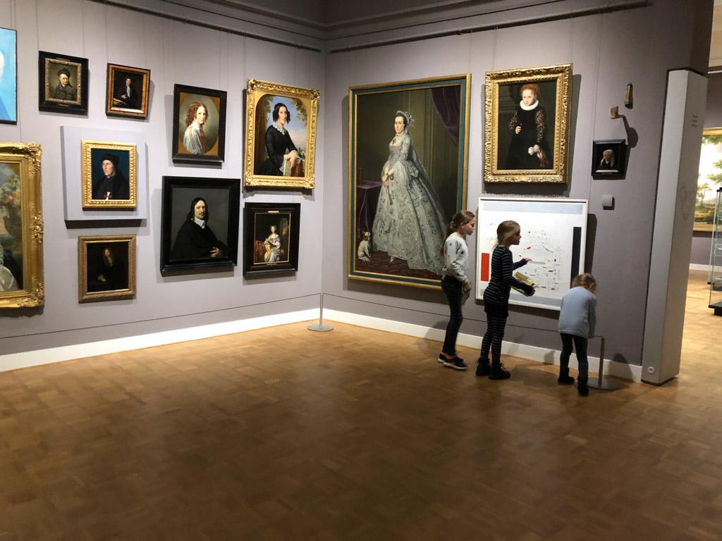 Hier beginnen we onze tocht door het Rijksmuseum Twenthe