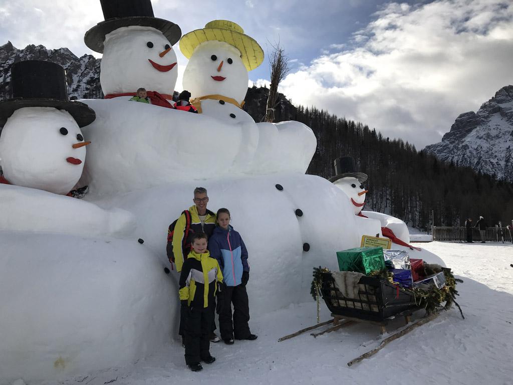 Als je er dichtbij staat merk je pas hoe groot de sneeuwpoppen echt zijn.