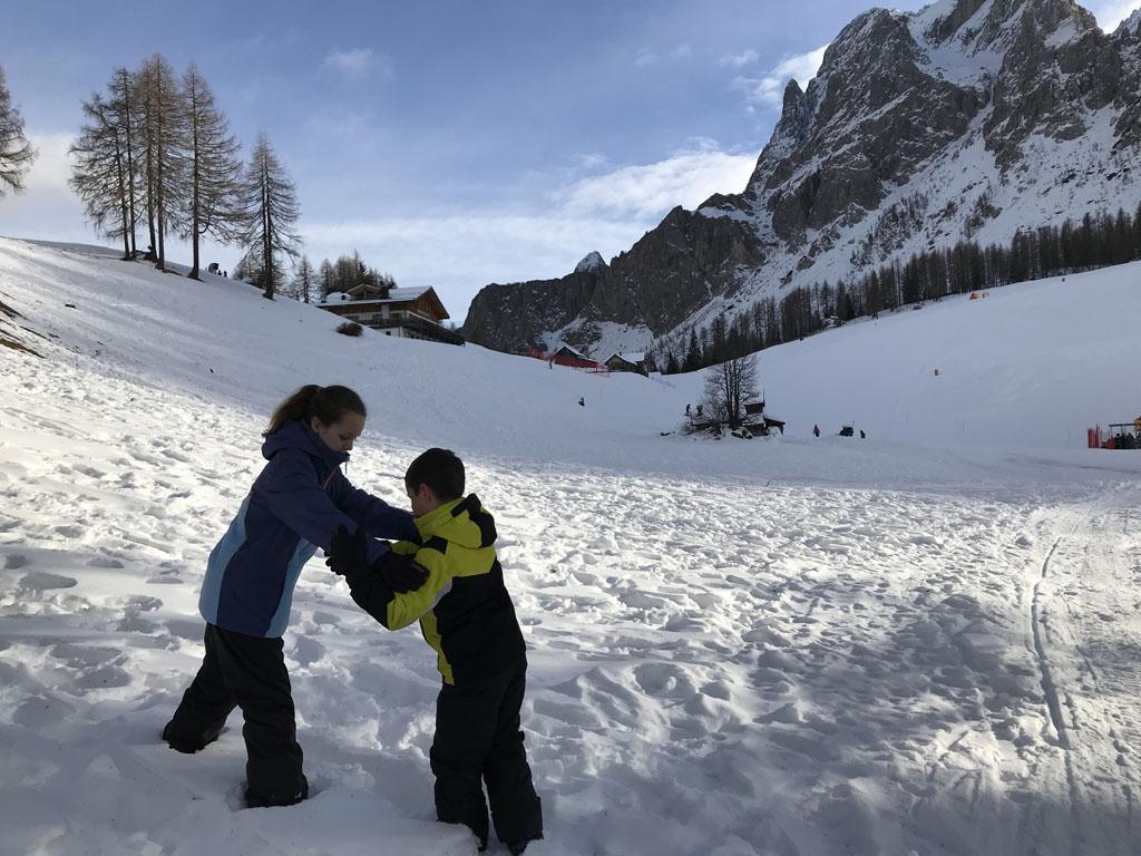 Diep wegzakken in de sneeuw naast het wandelpad. Dat vinden de kinderen erg leuk.