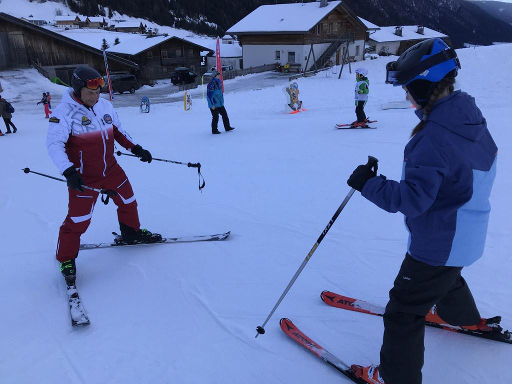 Onze dochter staat zelfverzekerd op de ski's.
