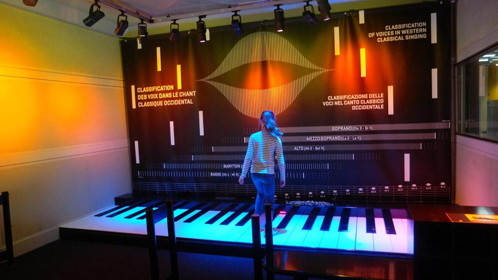 Piano spelen door van toets naar toets te lopen.
