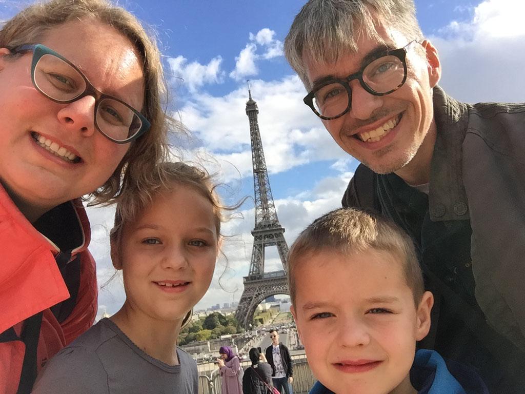 Natuurlijk maken we een familiekiekje bij de Eiffeltoren.