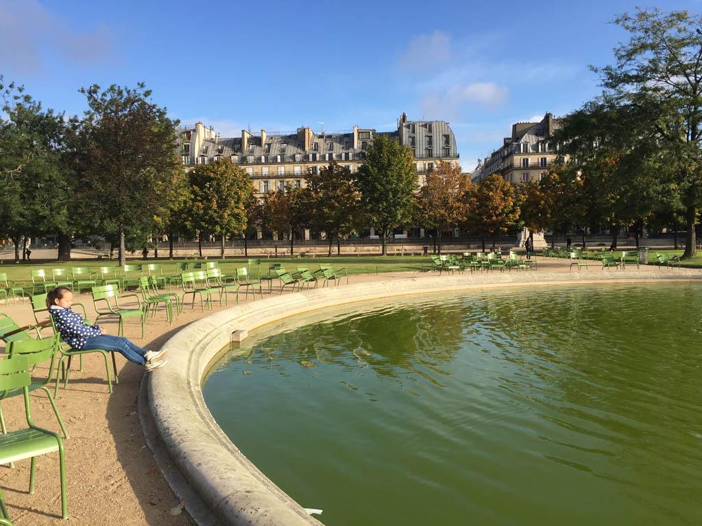 Even genieten van het herfstzonnetje vlakbij het Louvre.