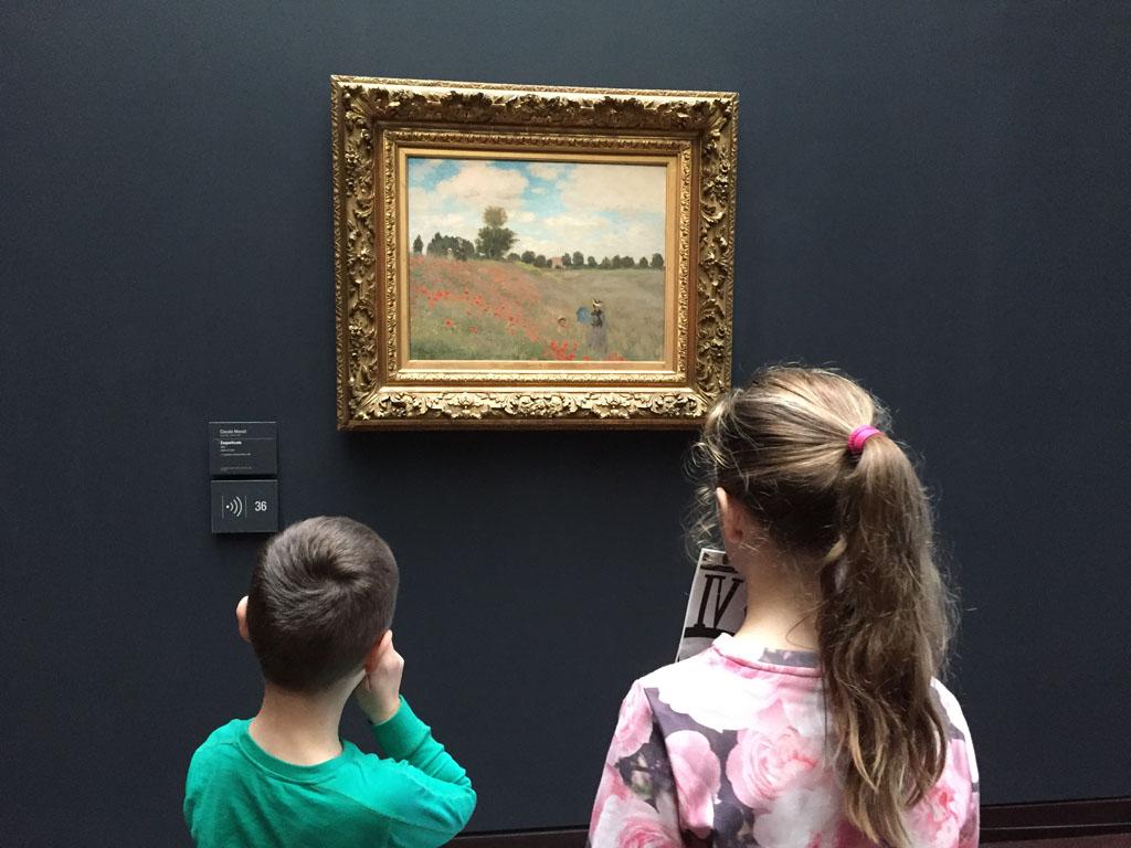 Ze nemen rustig de tijd om de schilderijen te bekijken.