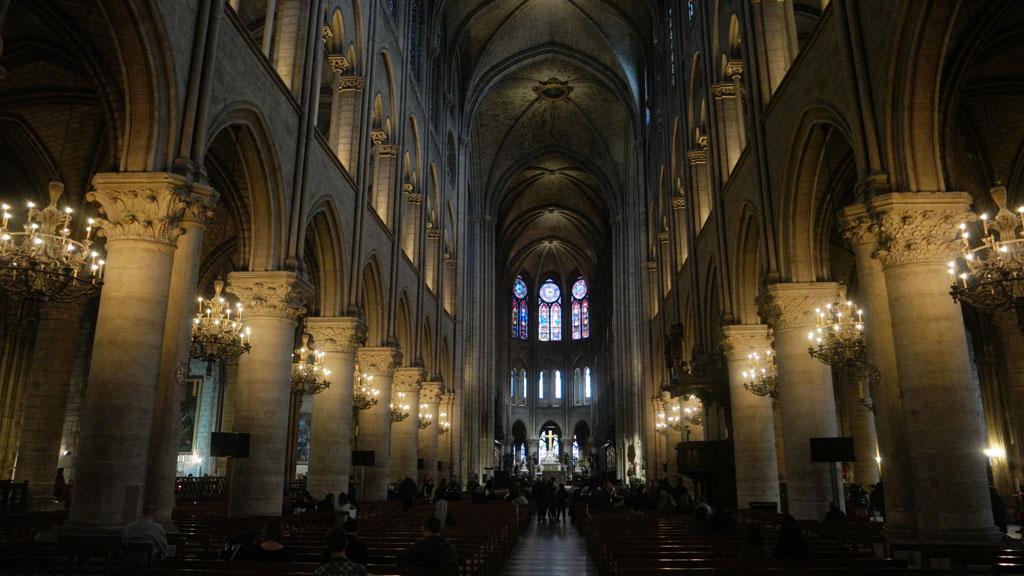 We bekijken de Notre Dame ook van binnen.
