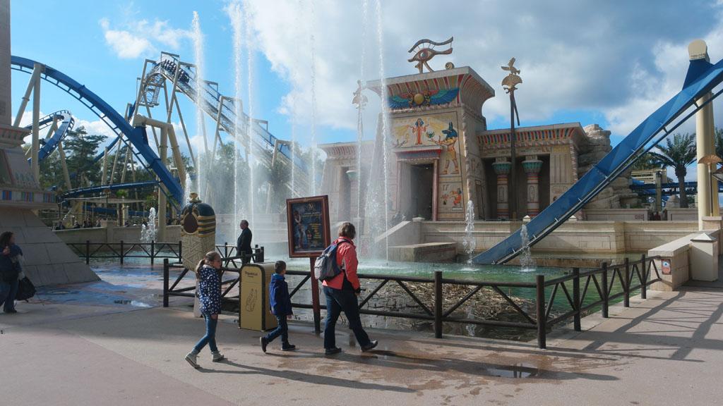 Deze achtbaan gaat onder het water door!