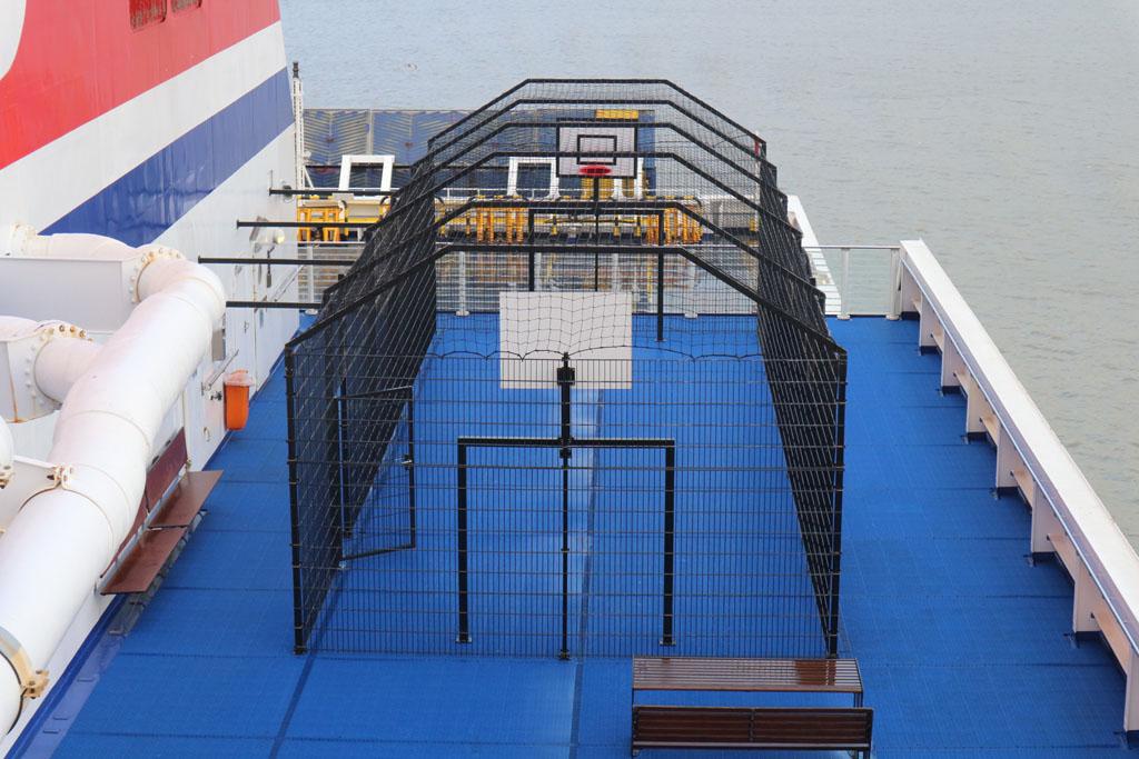 Het weer zit niet mee op weg naar Hoek van Holland, anders hadden we hier kunnen basketballen.