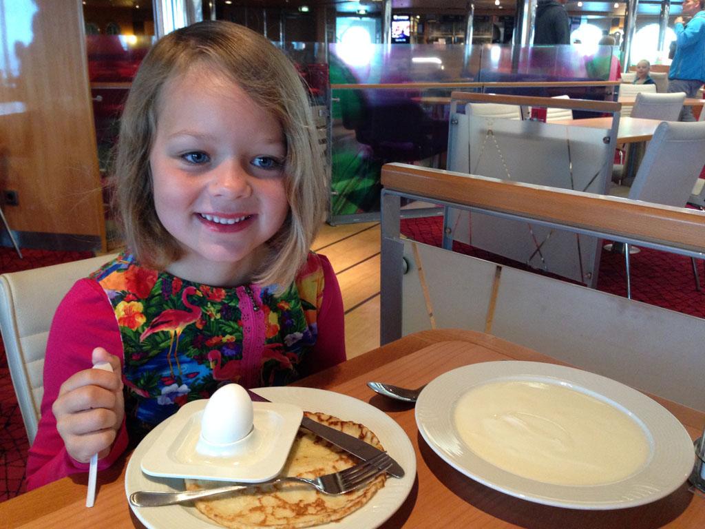 Het favoriete ontbijt van onze toen bijna 6-jarige dochter: yoghurt, pannenkoek en ei.