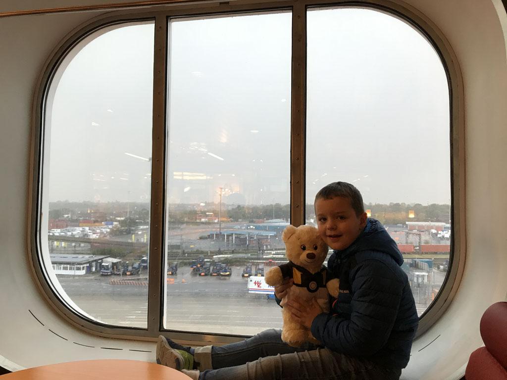 Door een raam van een ferry zie je meer dan door een klein vliegtuigraampje.