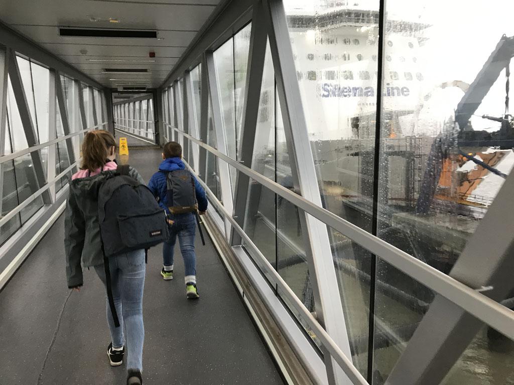 Het is net alsof we gaan boarden bij een vliegtuig, maar nee, we gaan varen met de ferry van Stena Line.