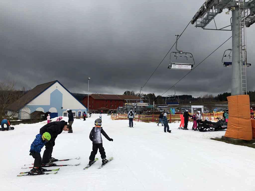 De eerste meters op de ski. Eerst maar eens kijken of ze blijven staan.