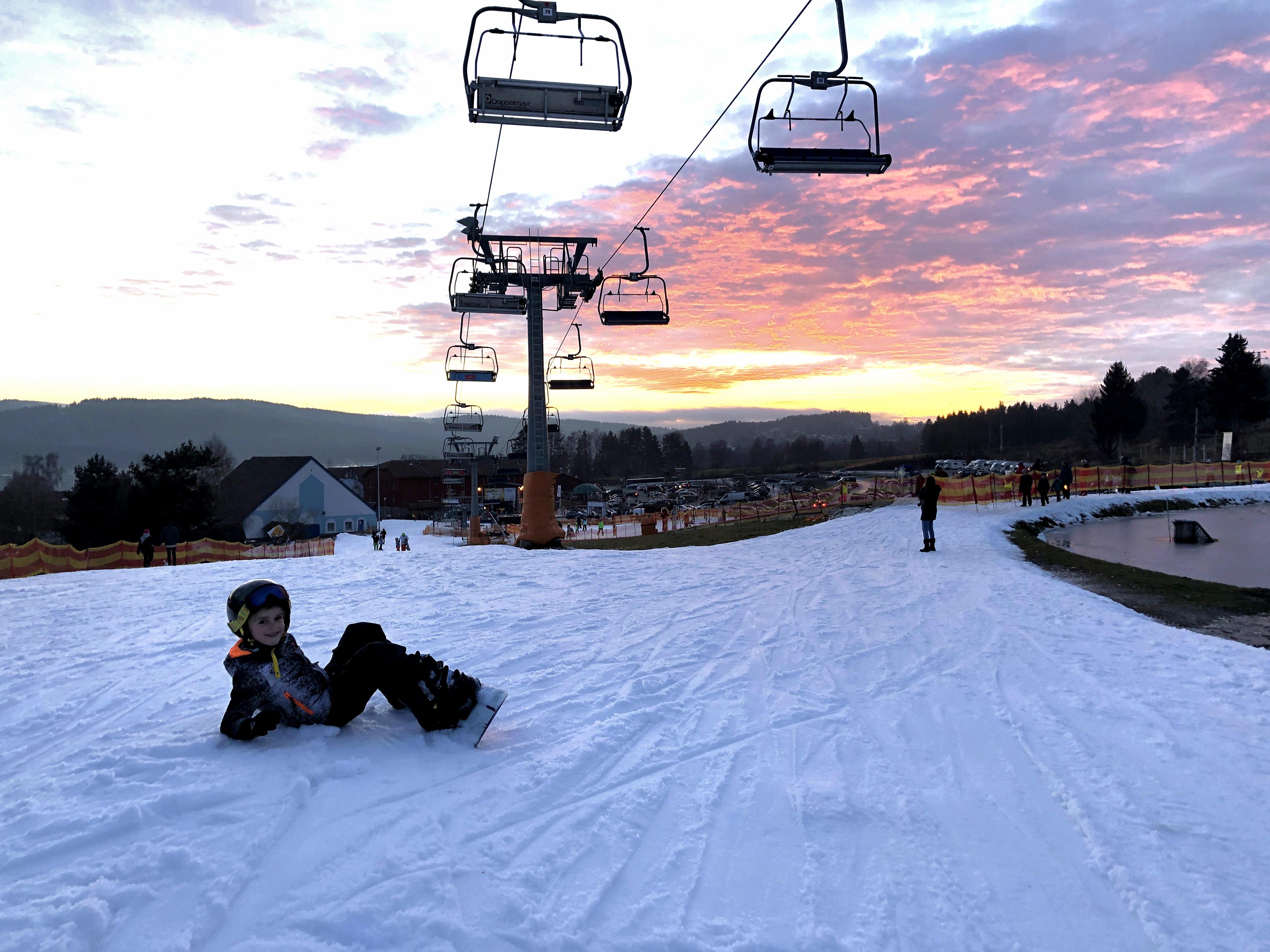 Jilles wil graag nog even op het snowboard. Wij oefenen nog terwijl de zon ondergaat.