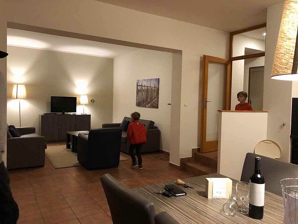 Ons appartement heeft twee slaapkamers en een grote woonkamer. Via openslaande deuren kun je naar buiten.
