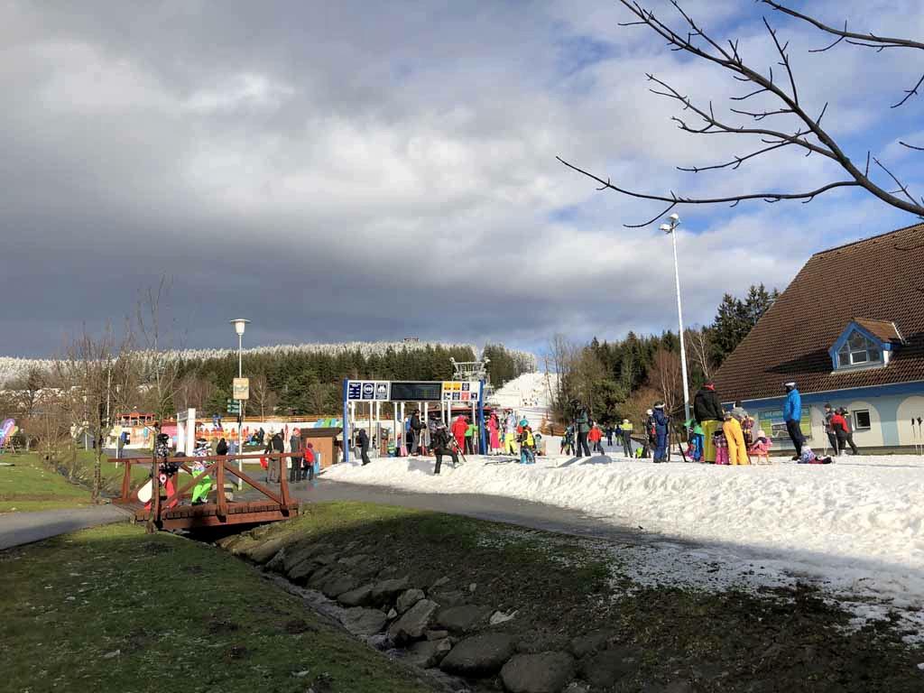 Het zonnetje breekt door. Je ziet hier goed dat er een goede laag sneeuw op de piste ligt.