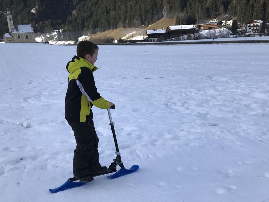 Na een tijdje doet hij zelfs trucjes met de 'Snow Kick'.