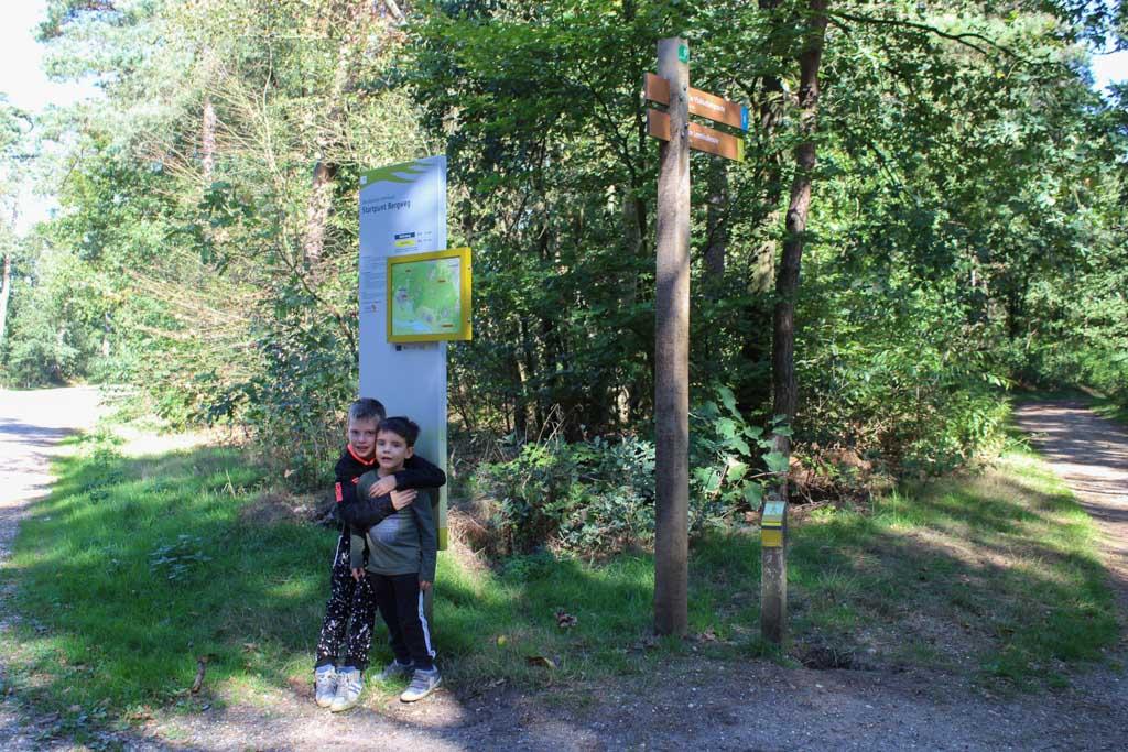 Het startpunt van wandelroute Vlakkeberg op de parkeerplaats aan de Bergweg.