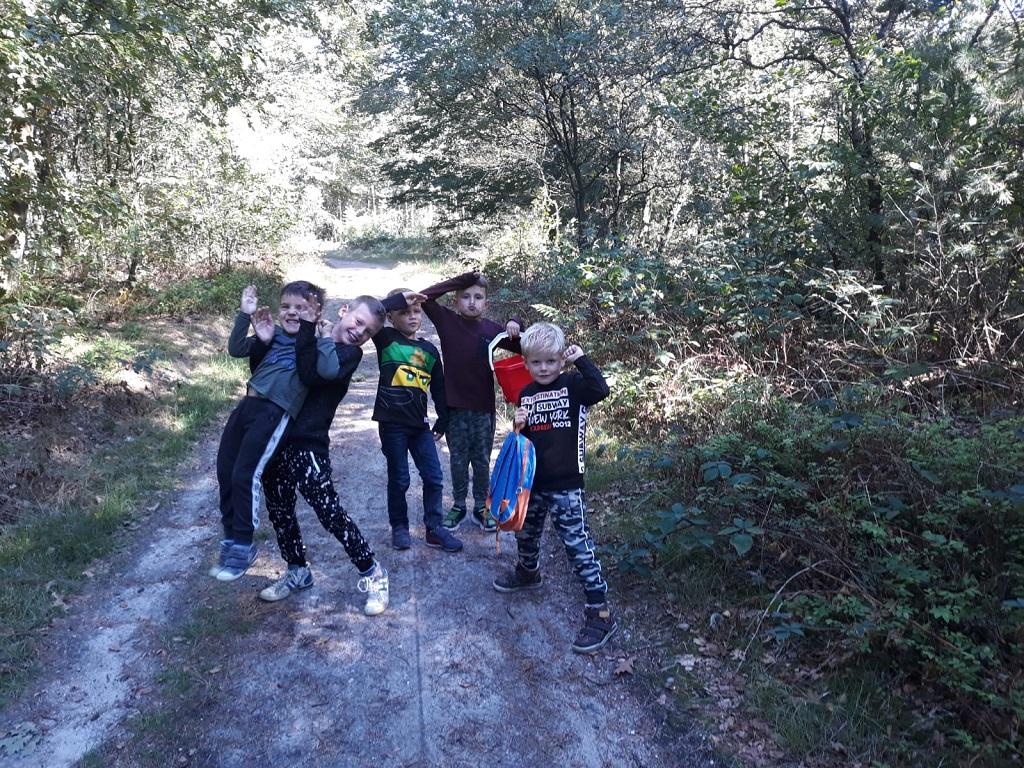 Deze jongens gaan wandelen op de Amerongse Berg.