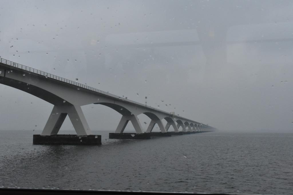 Onder de Zeelandbrug door