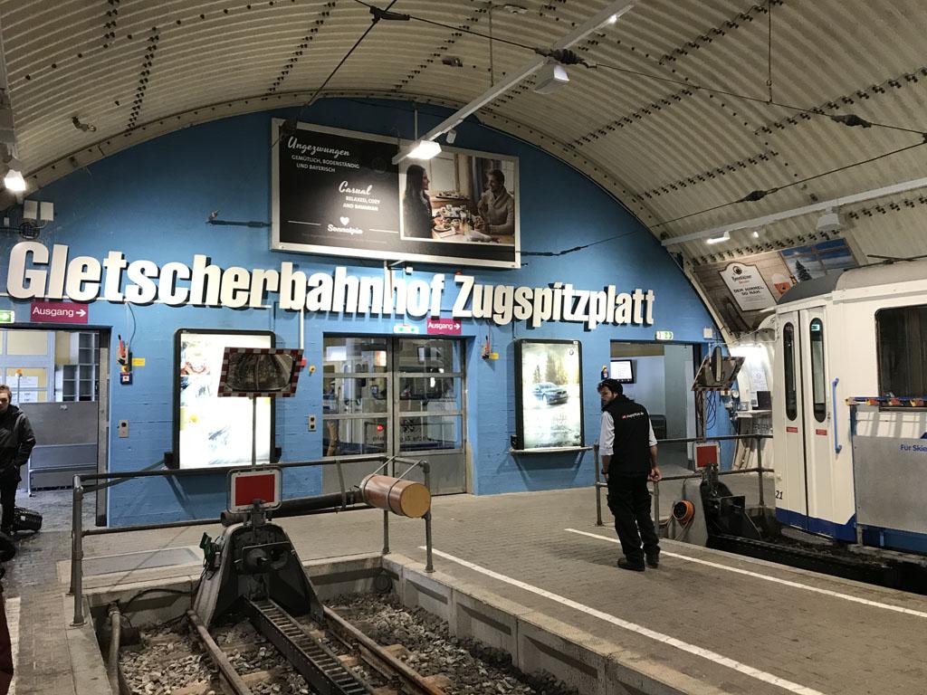 Aankomst bij de Gletscherbahnhof op de Zugspitzplatt.