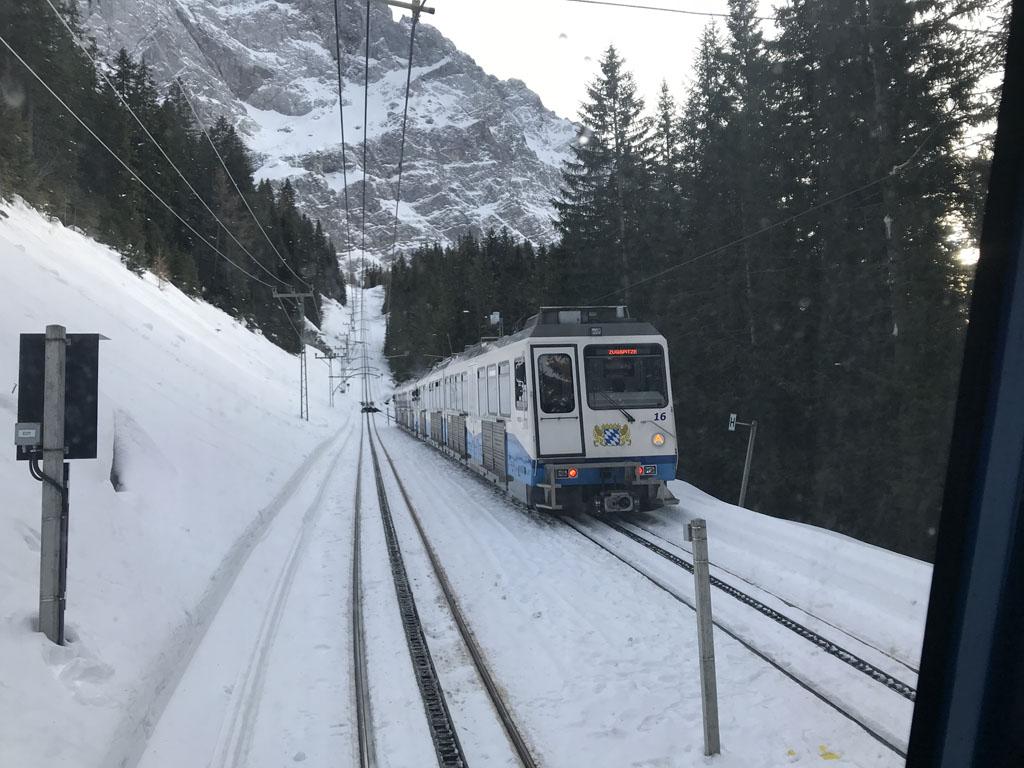 De Bayerische Zugspitzbahn is een tandradbaan die flink schuin omhoog gaat.