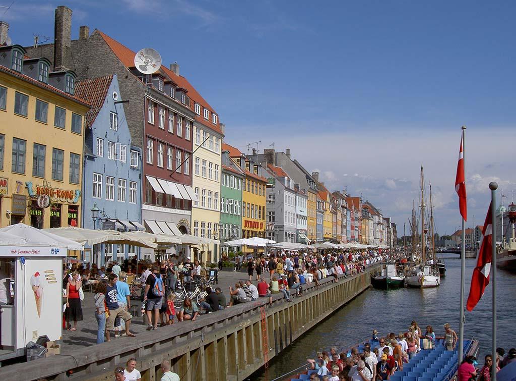 De gezellige haven van Kopenhagen met de bekende gekleurde gevels