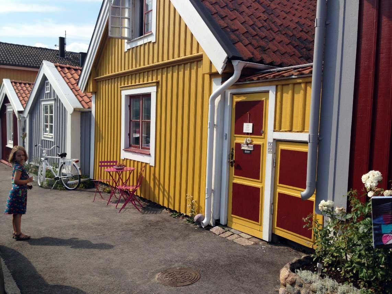 In Bjorkholmen, Karlskrona staat het vol met gekleurde houten huizen