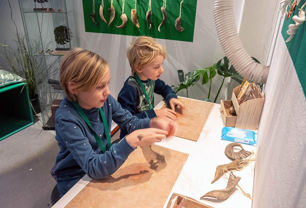 De kids maken hun eigen inni-hoorntjes van klei