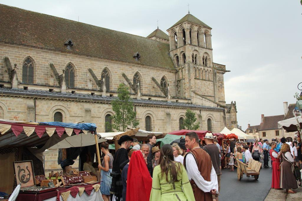 Slenteren over de markt rondom de grote kerk, middenin Souvigny.