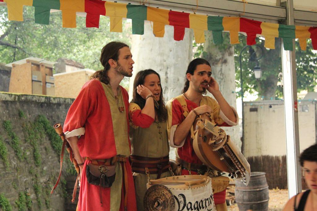Luisteren naar een optreden van een groep troubadours.
