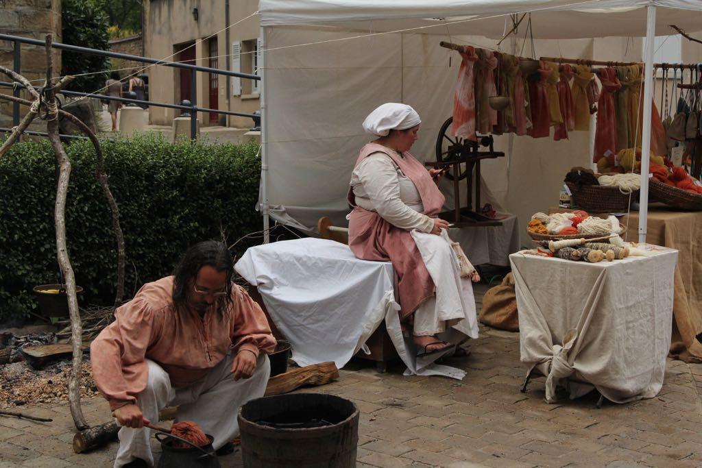 Hier wordt wol geverfd en verwerkt tot mooie sjaals.