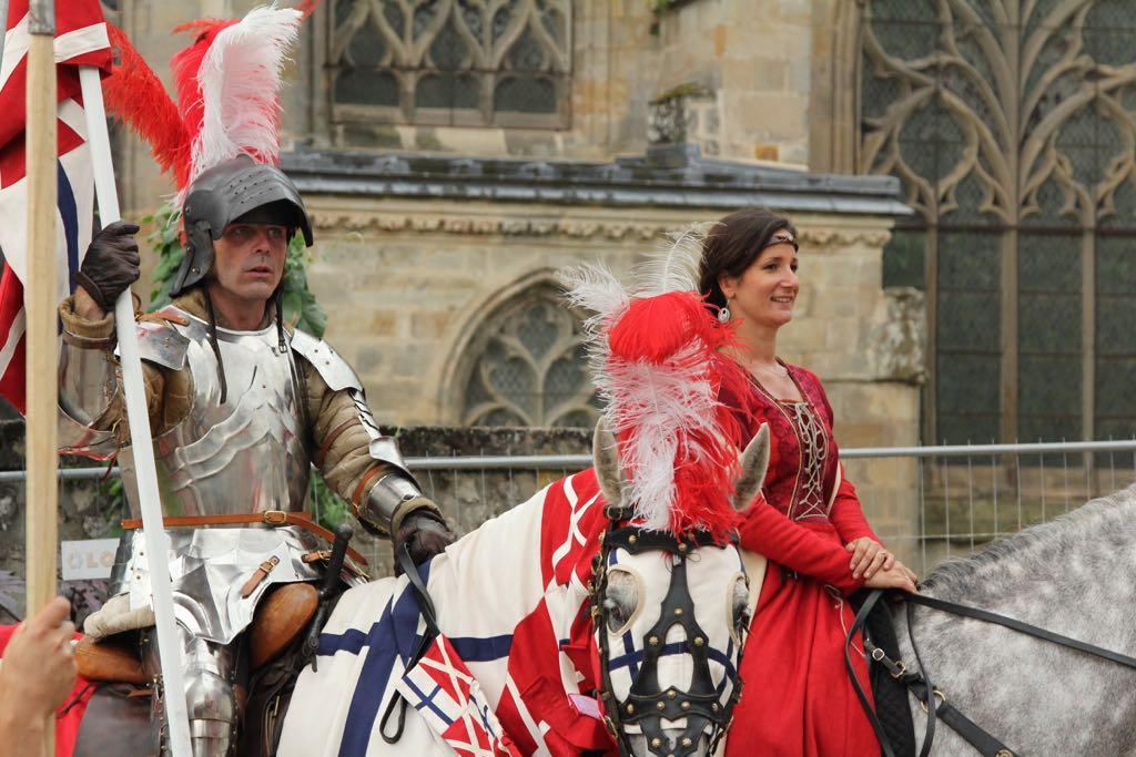 De ridder en zijn jonkvrouw tijdens een optocht door het dorp.