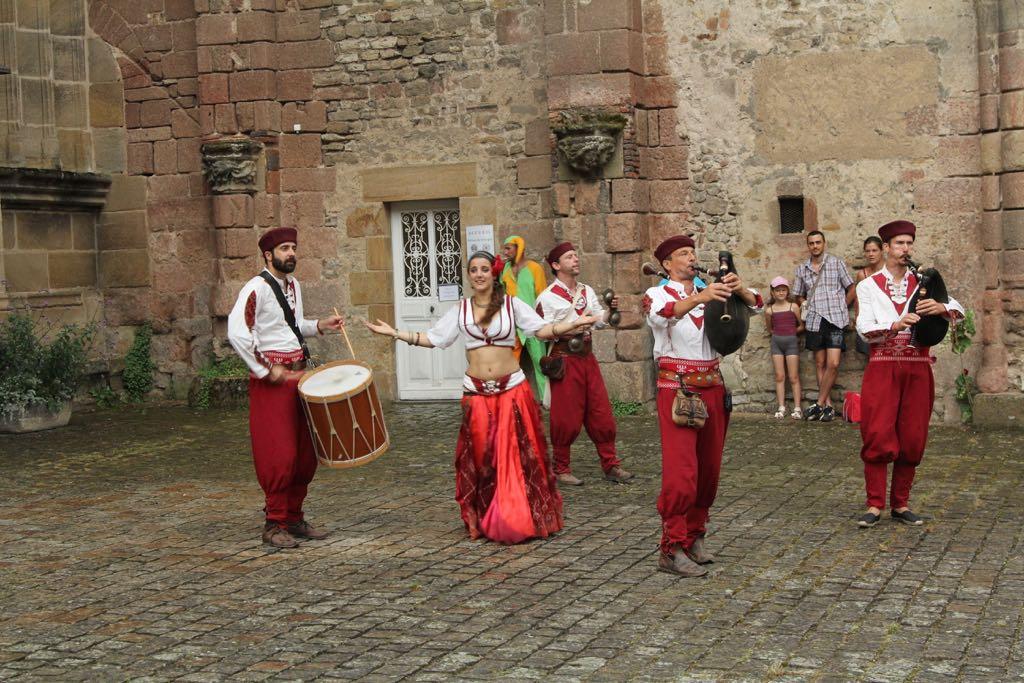 Een straattheater groep geeft een optreden met dans en muziek.