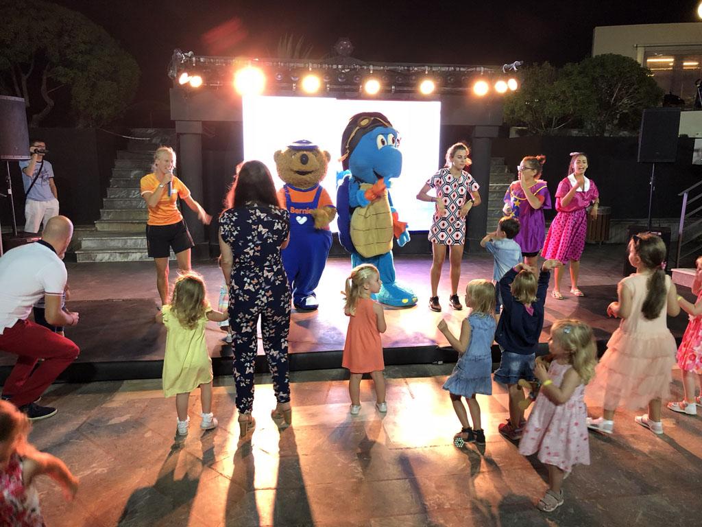Elke avond dansen bij de kinderdisco, samen met Lollo, Bernie en Tarta.