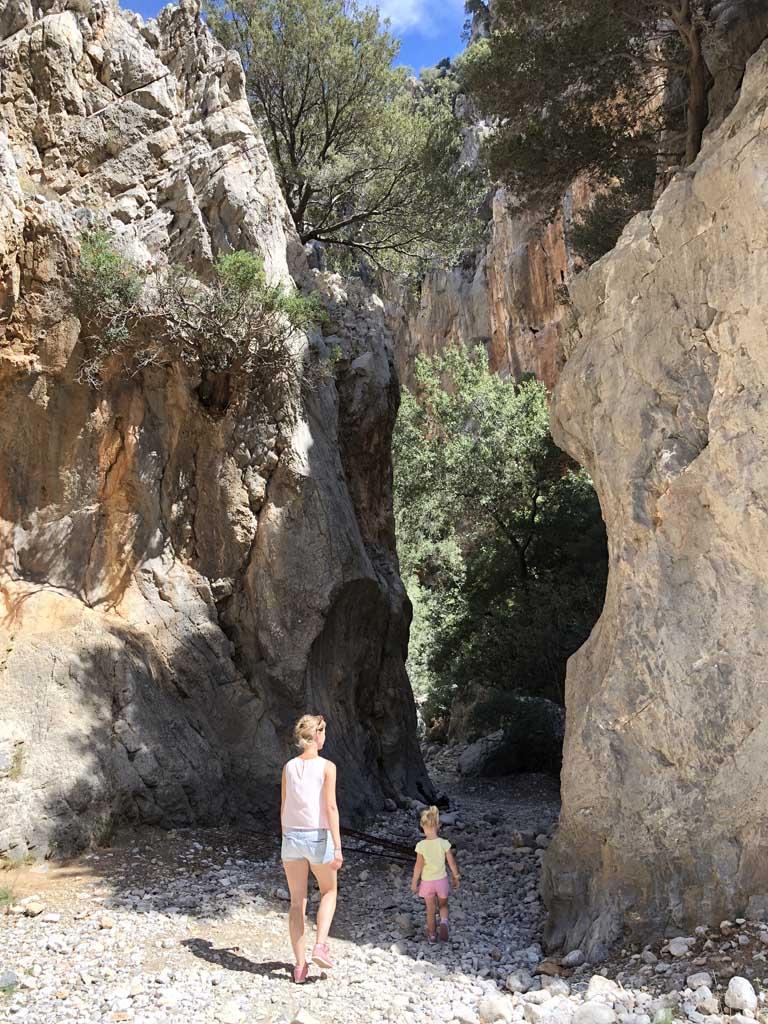 Tijdens een vakantie op Kreta met kinderen is de Kritsa kloof een goed alternatief voor de Samaria kloof.