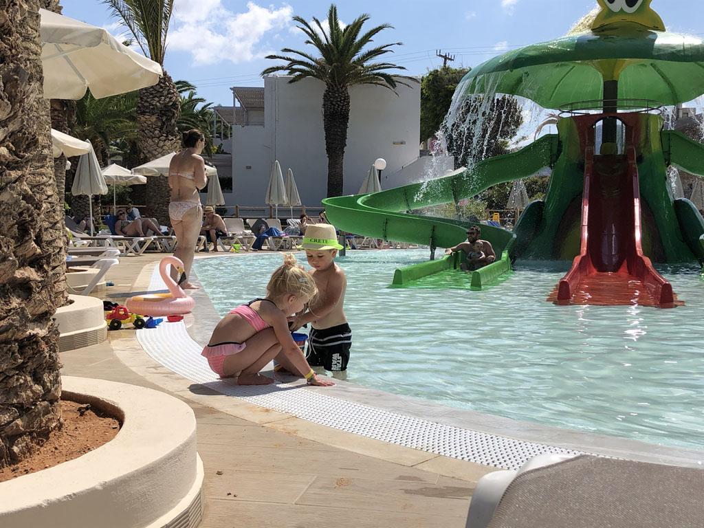 Lekker spelen bij het zwembad. Vriendjes zijn zo gemaakt.