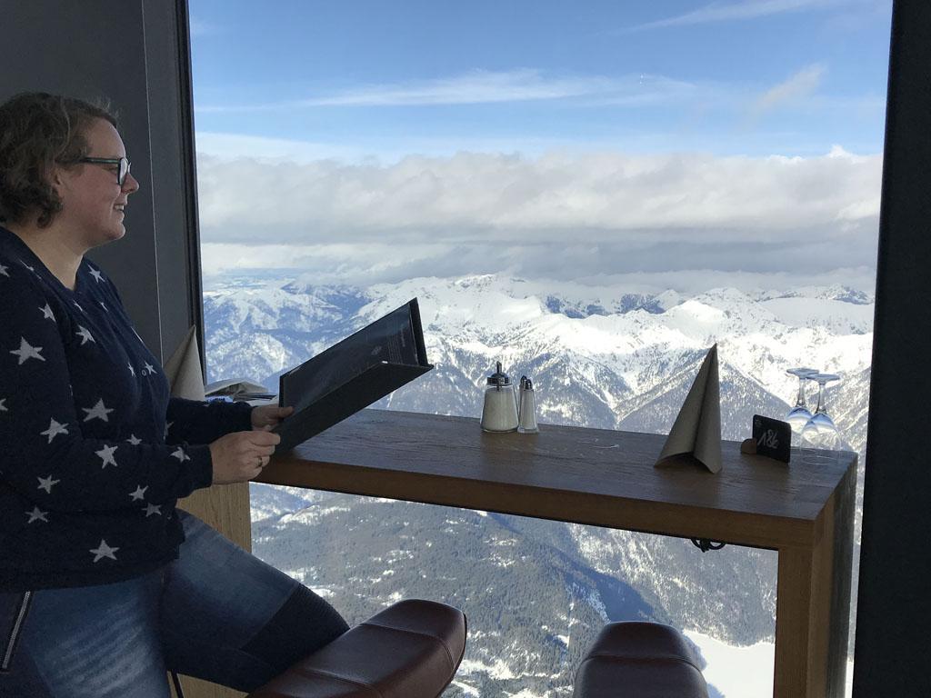 Eten met als extraatje dit uitzicht, dat kan in het panoramarestaurant op de Zugspitze.