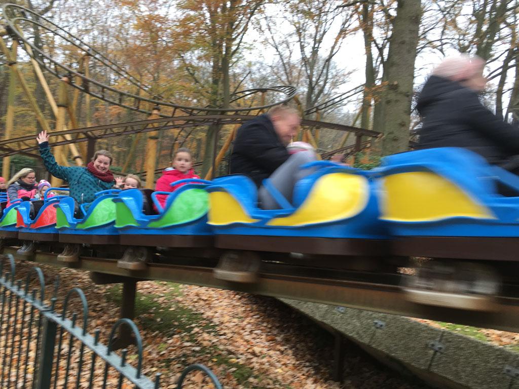 Een spannend ritje in de kikker achtbaan in Duinrell.