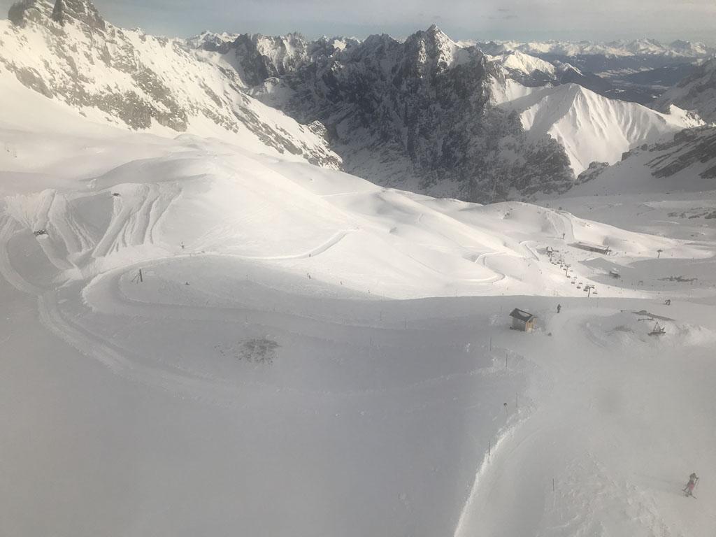 Als je goed kijkt zie je in de sneeuw de rodelbaan naar beneden slingeren.