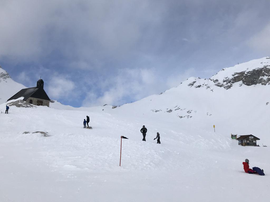 De oefenhelling voor het rodelen, met op de achtergrond de hoogstgelegen kapel van Duitsland.
