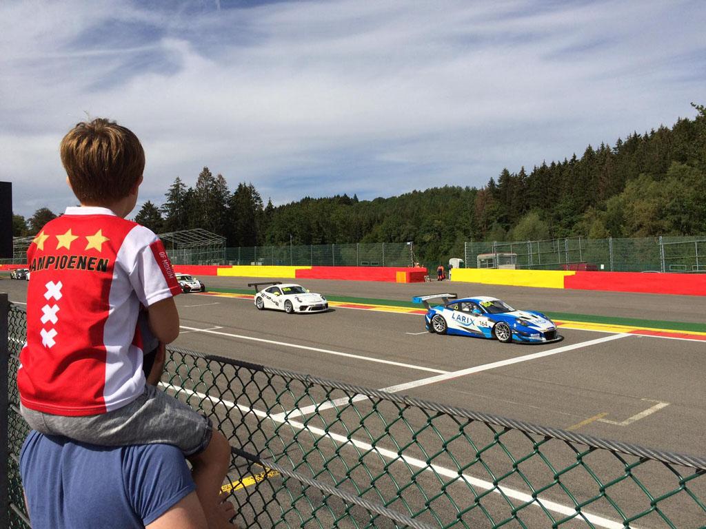 Porches kijken op het circuit van Spa-Francorchamps.